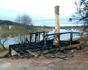 Tvåvåningsbyggnaden totalförstördes vid branden.