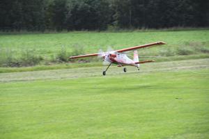 Motorflygplanet landar efter en lyckad uppbogsering.