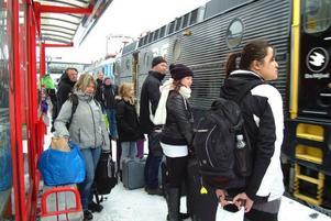 Äntligen! Efter tre timmars väntan kunde Micke Wigen och hans familj (till vänster i bild) stiga på tåget och påbörja resan hem till Stockholm.