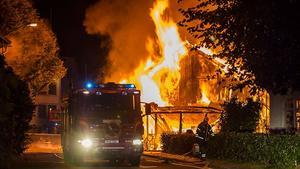 Branden på Elsa Anderssons konditori nådde full styrka och fastigheten är nu helt utbrunnen.