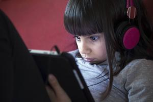 Tittar hon på något hon inte borde se? Att begränsa vissa sökträffar från barnens datorer kan vara en bra idé. Men det viktigaste är dialog, menar experten. Foto: Shutterstock