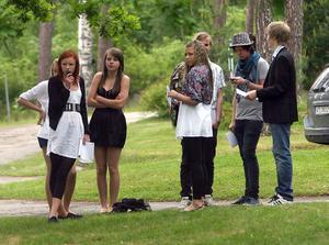 Trots regn och en isande vind hade examensfirarna valt att klä sig i bästa sommarstassen.
