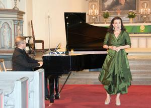 Schymbergstipendiaten Malin Hartelius sjunger till ackompanjemang av Matti Hirvonen.