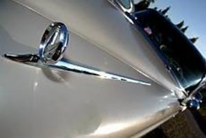 Foto: FRANK JULIN Många klassiker. Chevrolet Fleetline, Buick Centry och Corvette Stingray är bara några av bilarna man kan titta närmare på vid Huseliiharen. Buicken har hittat från Idaho i USA till Inga-Lill i Gävle. - Det är ofta billigare att importera än att köpa i Sverige, säger hon.