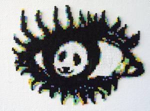 Pandaöga. Sara Dunker har gjort pärlplattetavlan i form av ett öga. Tittar man extra noga ser man pandan inuti.