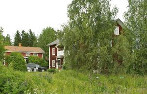Historisk byggnad i Hassela för 1 095 000 kronor. 160 kvadratmeter boyta och hela 600 kvadratmeter biarea. Bland annat finns två större bostäder på gården som är över 100 år gamla, varav den ena sägs ha tillhört människor som Wilhelm Moberg baserade sina karaktärer på i