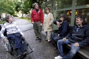 Rullstolsburne och hemlöse Esko Jauhiainen och politikerna Staffan Jansson och Signild Mörlin lyssnar på de hemlösa Bertil och Hasse (som gärna var med på bild, men inte ville säga sina efternamn).