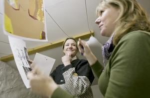 Tavlor på klädstrecken – ja, varför inte? Johanna Bahlenberg, till höger, var först att ställa ut i tvättstugagalleriet. Östersunds konstskolas föreståndare Helena Bourges stöttar ambitionen att hitta nya rum för konsten.
