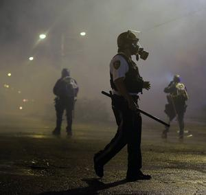 Demonstranter mot polisvåld möts av polis i Ferguson, USA.