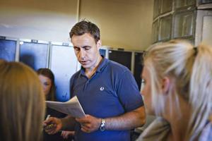 Efter uppropet var det dags att välja skåp. Tobias Tengelin, rektor på MoveITgymnasiet, antecknar vilka skåp eleverna har valt.