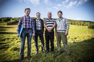Gerhard Nilsson, markägare, Leif Sivertsson, fd markägare som lämnat över till sonen, Anders Bäckebjörk, markägare och Johnny Hördell, markägare. Bakom dem skogen som anses skyddsvärd i Almåsa.