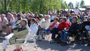 Över 500 personer kom till Sörsjön och invigningsdagen i byns kooperativ och de njöt i solskenet.