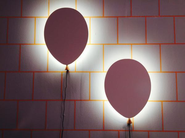 Ballonglampor från Globen lighting (som har flera återförsäljare). 35 centiimeter hög och 25 centimeter bred och den finns i både vitt och grått.