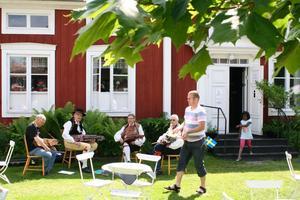 På Karlfeldt-gården speladeBergslaget folkmusik och  sommarvisor  på nyckelharpa. Spelmännen heter Sven Bergman, Per-Erik Pettersson, Anders Forsberg och Leo Haglund.