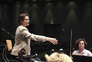 Halldis Rønning har själv valt programmet till konserterna i Gävle och Hudiksvall, norskt med musik av Johan Halvorsen och danskt med Carl Nielsen och en trombonkonsert av Benjamin de Murashkin med Mikael Rudolfsson som solist.
