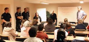 Diskuterade problemet. Ett 40-tal oroliga personer som bor i det branddrabbade bostadsområdet samlades vid informationsmötet i kvarterslokalen i Norrsätra. Mats Johansson (stående till höger), ansvarig för sociala frågor i Sandvikenhus, var med och informerade.