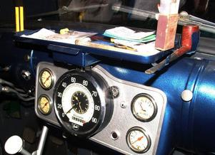 Instrumentmodulen. Lägg märke till arrangemanget längst till höger på avlastningshyllan. En hållare speciellt utformad efter en Ratospipa. Tändsticksasken träddes upp på en hållare som halvöppnade asken så att chauffören lätt kunde sträcka sig, ta fram en tändsticka, tända stickan och därefter pipan. Rökartillbehöret var standard i Scania Vabis Regent. Tändsticksasken  i Åkes bil är från 50-talet!
