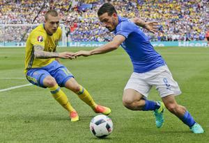 Vigge i duell med Italiens Alessandro Florenzi i gruppspelet under sommarens EM-slutspel.