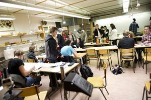 Första mötet lockade många nyfikna elever som både fick smörgåsar, tårta och chans att lösa olika matematiska problem.