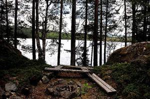 Högst uppe på befästningen bakom tallarna finns Valsjön.