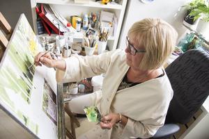 Lena målar alltid från vänster till höger och börjar med bakgrunden. Eftersom basfärgen ska torka i minst en vecka jobbar hon med flera tavlor parallellt.