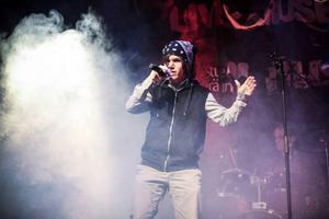Den karismatiske sångaren Christopher Tåqvist från bandet Sitt still för helvete visade prov på en fantastik punkröst.