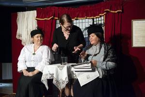 Pernilla Parszyk, regissören Marianne Tedenstad och Carina Perenkrantz jobbar med Den starke som spelas på konsthallen i november.