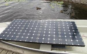 En solpanel tar emot solljuset och när den är fulladdad kan båtmotorn gå i fyra timmar. FOTO: ILSE BRATTLÖF