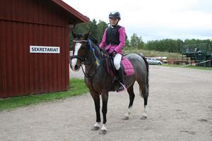 Sofi Karlsson, Älvdalens Ridklubb som segrade i klass 3, kategori B med ponnyn Brynbella Seren Y Gogledd.