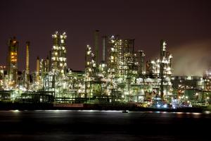 Fabriker på natten sedda från vattnet. En upplevelse utöver det vanliga i japanska Kanagawa.