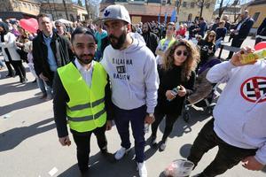 Dalarna mot rasism motdemonstrerar på Gamla Postenparkeringen. Daniel Riazat är grundare av nätverket och  Behrang Miri artist,