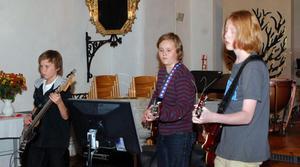 Dag Weibel, Calle Gustafsson och Elias Hammare avslutade musikskolans del av konserten på elgitarr och elbas, med John Lennons