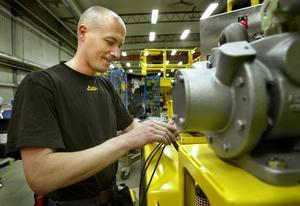 Australien. Juha Koukkula håller på att slutmontera en laddningstruck som ska köras i en gruva i Australien.