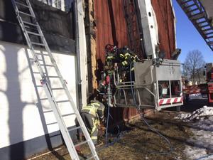Brandmän kollar och försäkrar så att branden inte har spridit sig i byggnaden.