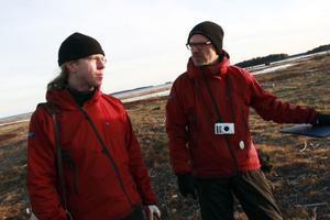 Mats Norin och Jonas Lundin diskuterar resultatet av arbetet.