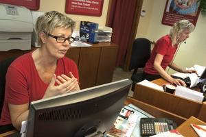 Monika Sundell och Kristina Palm på Ticket svarar så gott de kan på frågor från oroliga resenärer.