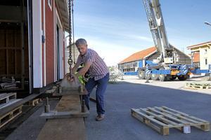 Lennart Rudolphi kollar att skruvarna är åtdragna.