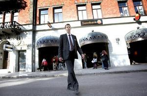 """INGEN ORO. """"Det finns ett mindre antal kunder som köper garanterade statspapper och flyttar om pengarna mellan olika konton hos oss"""", säger Per-Ove Bäckström, chef för Swedbanks verksamhet i Gävleborgs län.  Foto: Jenny Lundberg"""