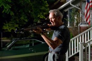 """Mannen, flaggan, bilen, geväret. Clint Eastwood borrar sig ner i de amerikanska urmyterna med sitt drama """"Gran Torino"""". Foto: Anthony Michael Rivetti"""