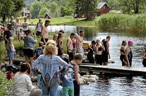 Sommaridyll. Trettiosju startande klev i vattnet i Älvlången med varierande uttryck av njutning och allvar för det inledande simmomentet innan det var dags för cykling och löpning.Foto: Michael Landberg