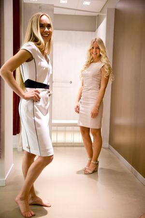 Svart och vitt. Den här tvåfärgade gillar Saga skarpt. Cecilia blir lycklig över den enkla, dimrosa klänningen som såg anspråkslös ut på galgen. Båda är 300-kronorsklänningar från H&M.