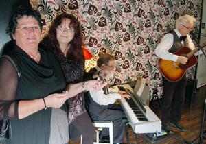 I foajen musicerade duon Karlsson och Blomberg med förnamnen Roland och Anders. Lena Lundin och Britt Marie Lindbom diggade in tonerna