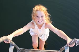 Olivia på badbryggan på Blidö.