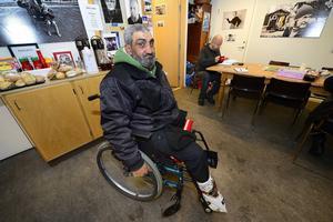 Varje dag tigger rumänen Daniel Aleman i centrala Sundsvall. Han är glad och tacksam över att ha fått en ny rullstol som ersättning för hans gamla trasiga.