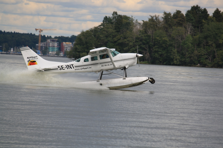 Sjoflygplan slog runt i skargarden