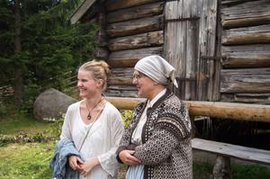 Linde Jonsson, en av underhållarna, tillsammans med Anette Tjernberg på Sundsvalls friluftsmuseum.