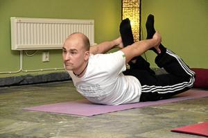 Bra träning. Michael Lindblom hade en del förutfattade meningar om yoga, men nu när han har provat tycker han att det är bra.