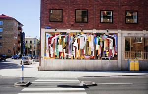 Folkvimmel heter verket av Nils Wedel som byggts upp av 150000 små mosaikbitar.