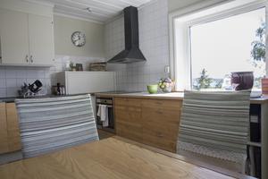 Både stolar, köksbord och lådor är designade och tillverkade av Erika.