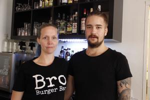 Charlotte Lindfors och Oscar Grönfors var först med sitt Bro Burger Bar. De räds inte konkurrensen: